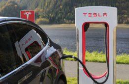 """Naujas """"Tesla"""" elektrinis pikapas: išpūstas burbulas ar gamybą pakeisianti inovacija?"""